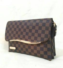 tas lempang dengan warna bau perpaduan corak kotak catur dengan tali pendek